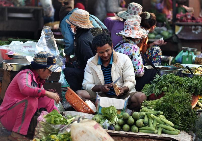 Phnom Penh central market offers you the opportunity to barter for local goods and food.