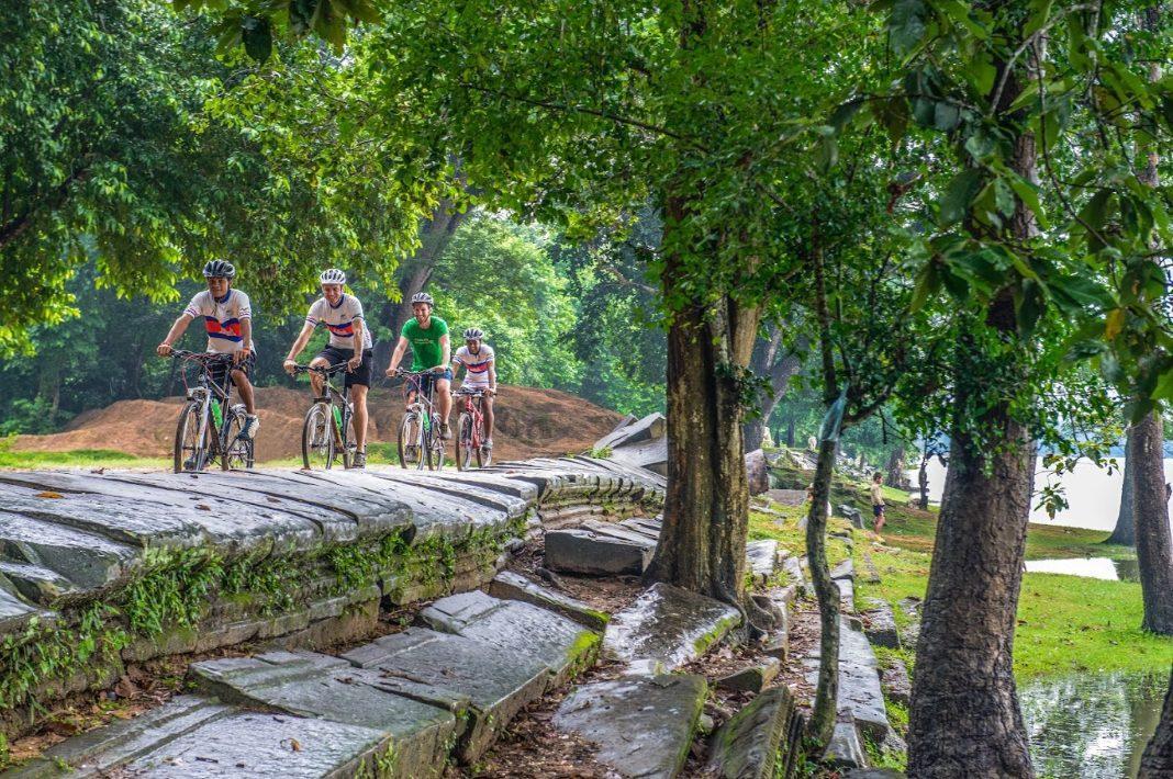a casual bike ride trough phnom penh
